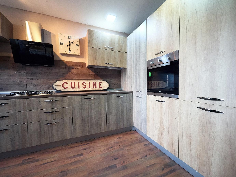 Cucina angolare maxi con colonne dispensa e forno/frigo in super ...