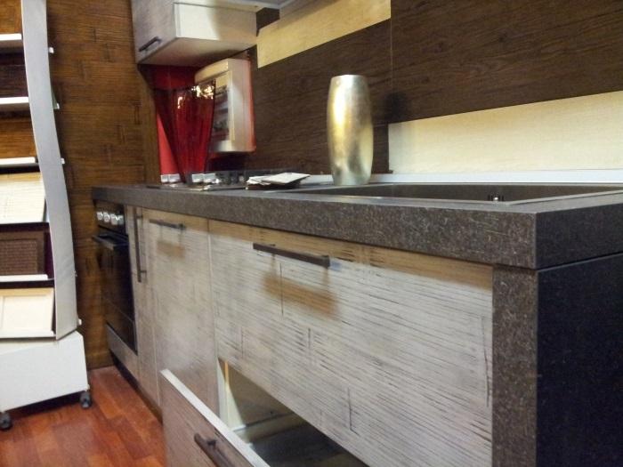 Cucina lineare moderna in crash bambu e legno grigio - Top cucina ardesia ...