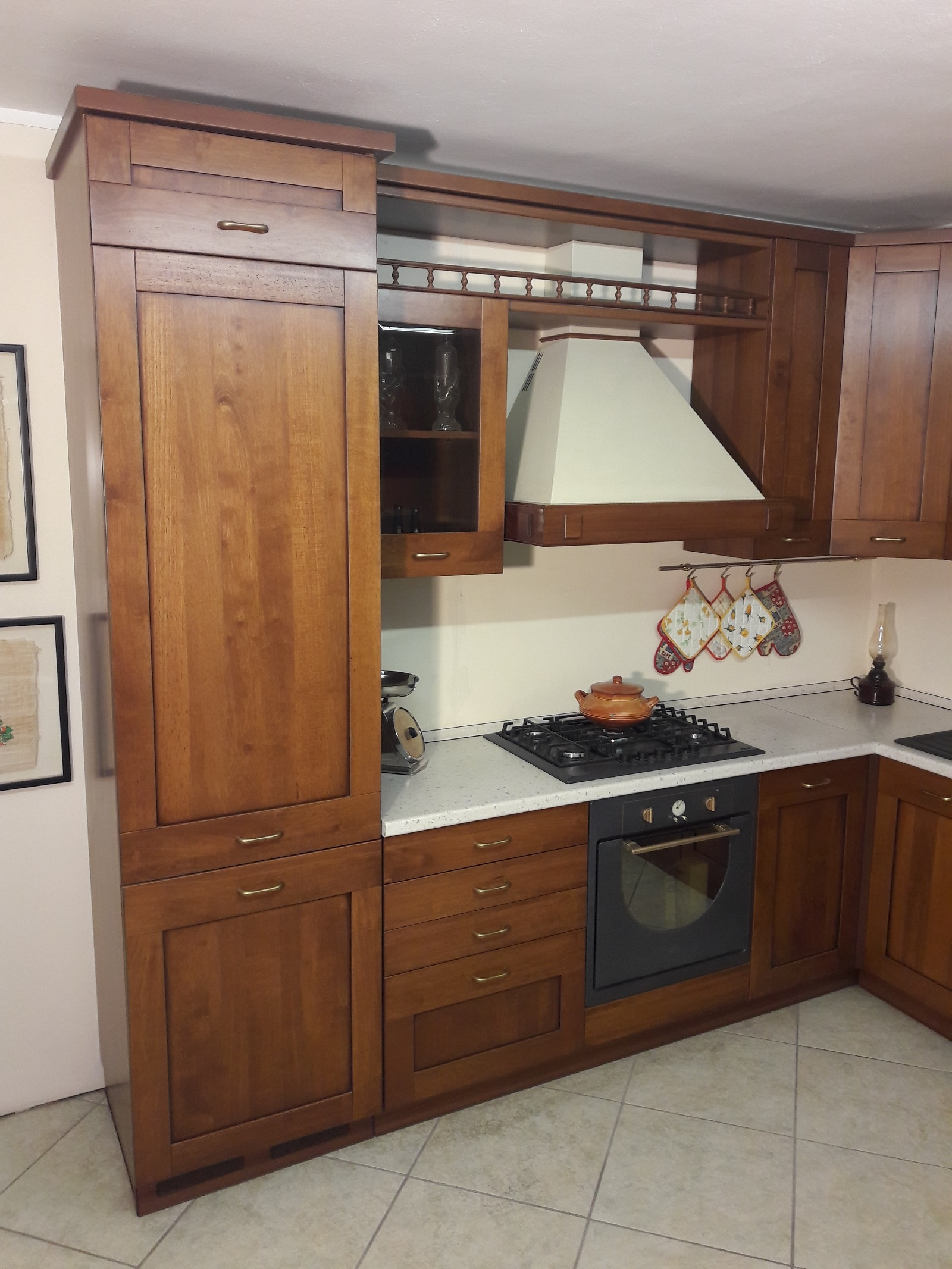 Cucina angolare in legno tinto noce completa di - Elettrodomestici in cucina ...