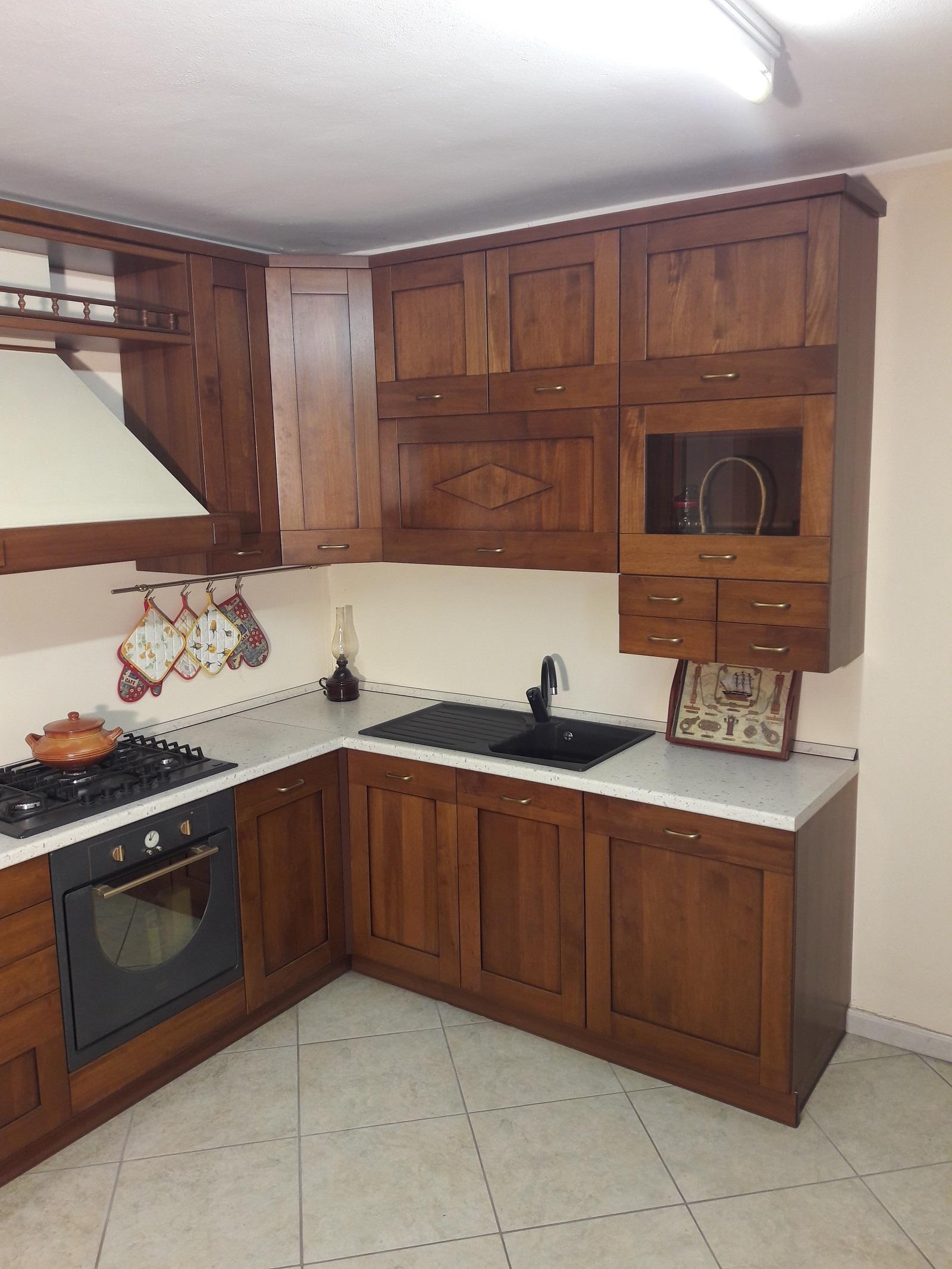 Cucina angolare in legno tinto noce completa di for Cucina in offerta