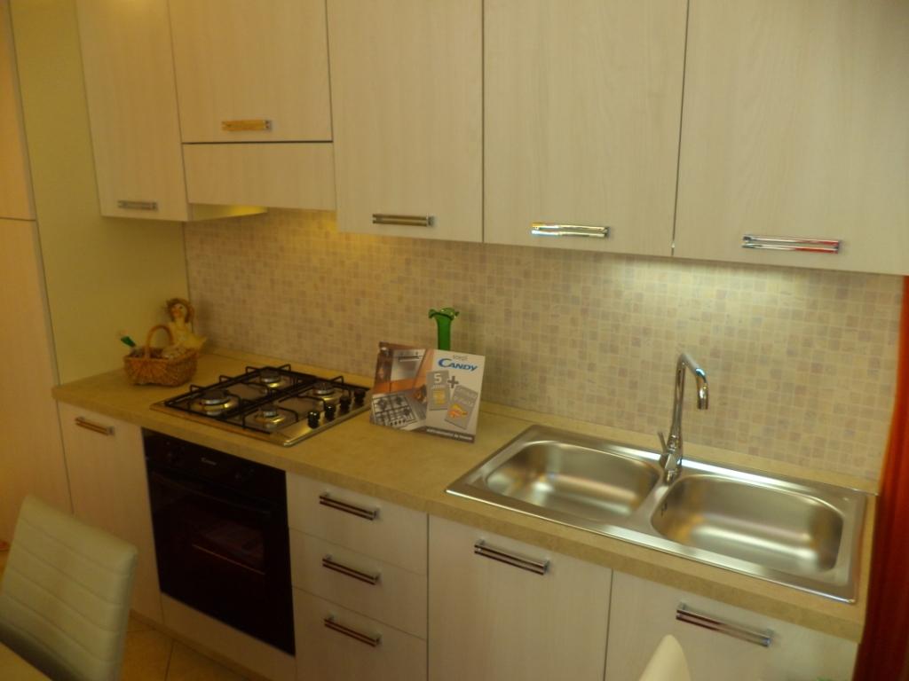 Cucina lineare di tre metri completa di elettrodomestici - Elettrodomestici in cucina ...