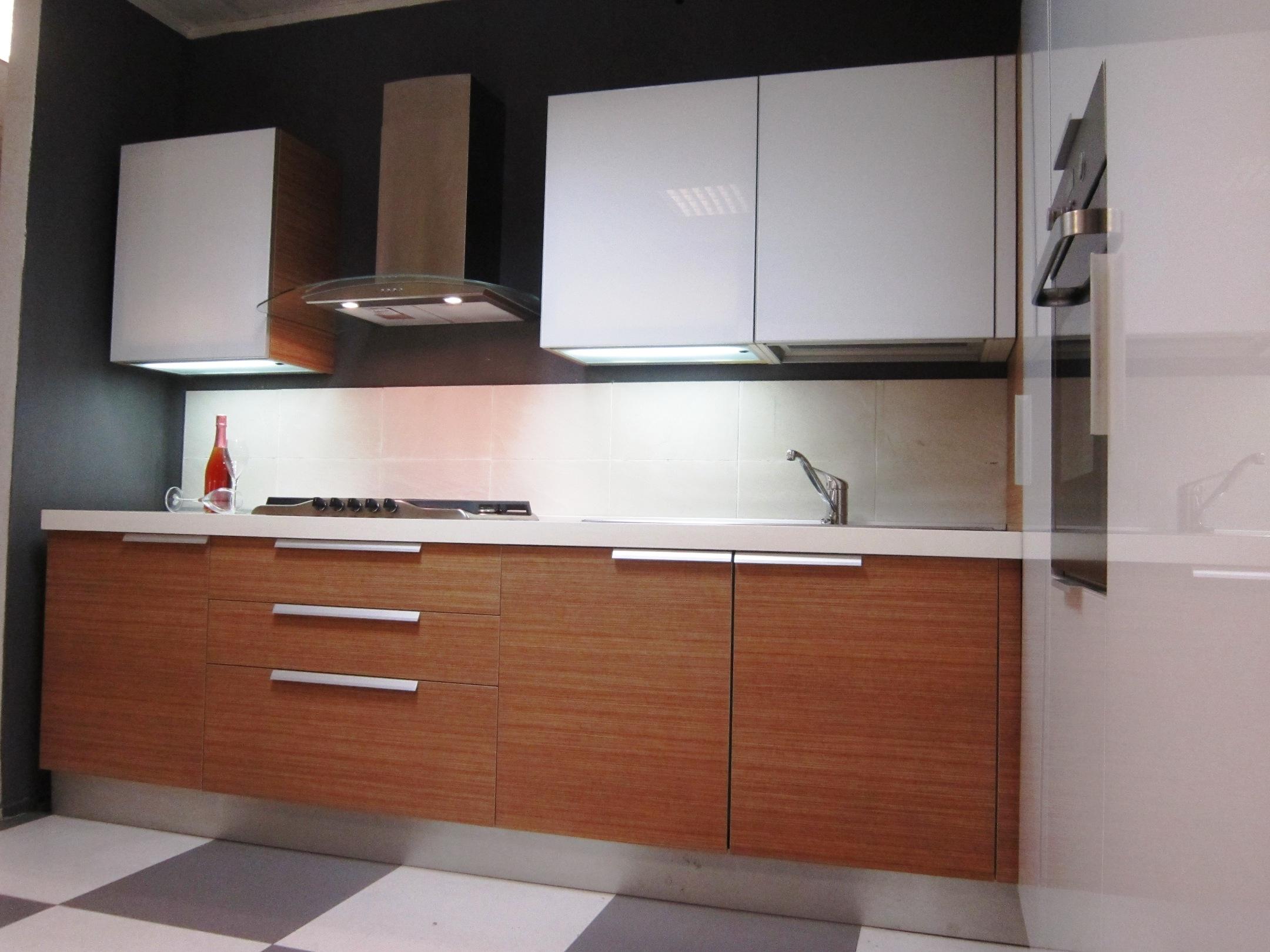 Cesar cucine cucina aria luce teack e bianco moderna vetro bianca cucine a prezzi scontati - Luce per cucina ...