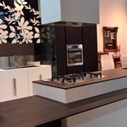 Composit Cucina Modello Mood ad isola con tavolo integrato + colonne Del Tongo Industrie Design Modello Amalfi in Quercia Daquara Scura .