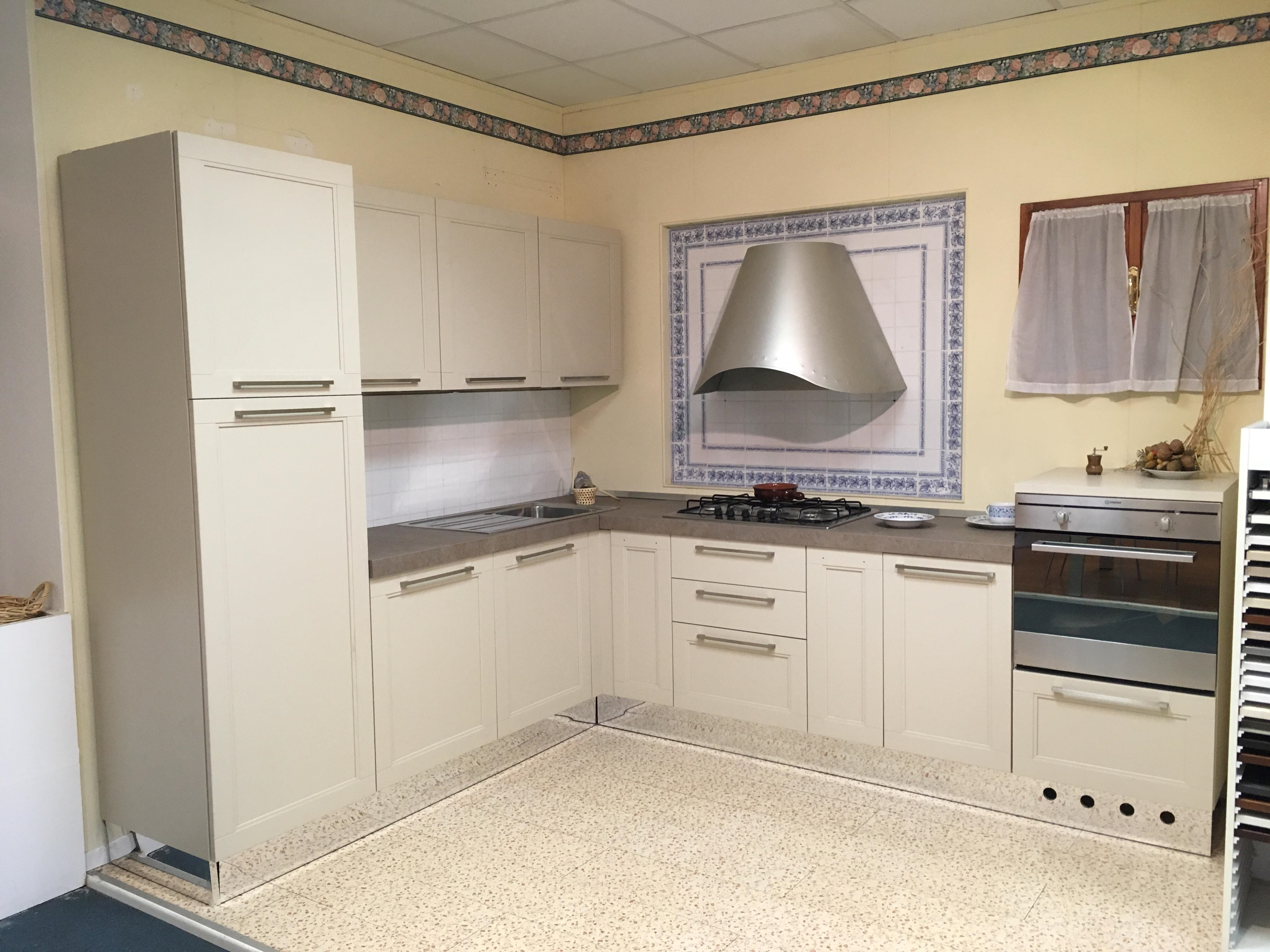 Cucina ad angolo astra cucine in offerta misura 240x285cm for Cucine componibili ad angolo prezzi