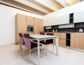 Cucina ad angolo con gola, ante rovere naturale e bianco, design moderno Asia by Arredo3 in offerta