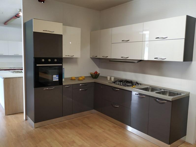 Cucina ad angolo moderna Modello vega grigio e bianco Gm cucine a prezzo  scontato