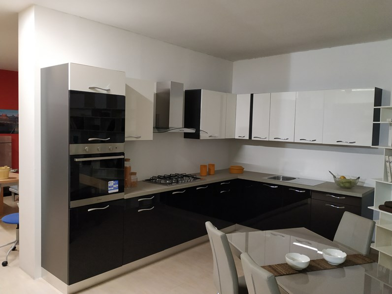 Cucina ad angolo moderna Vega ad angolo bianco e nero Gm cucine a prezzo  ribassato