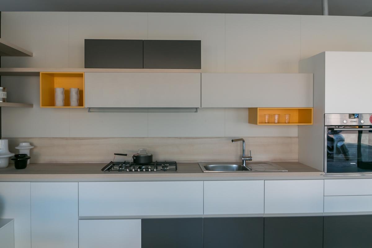 Cucina ad angolo scavolini modello foodshelf scontata del for Cucine classiche in offerta