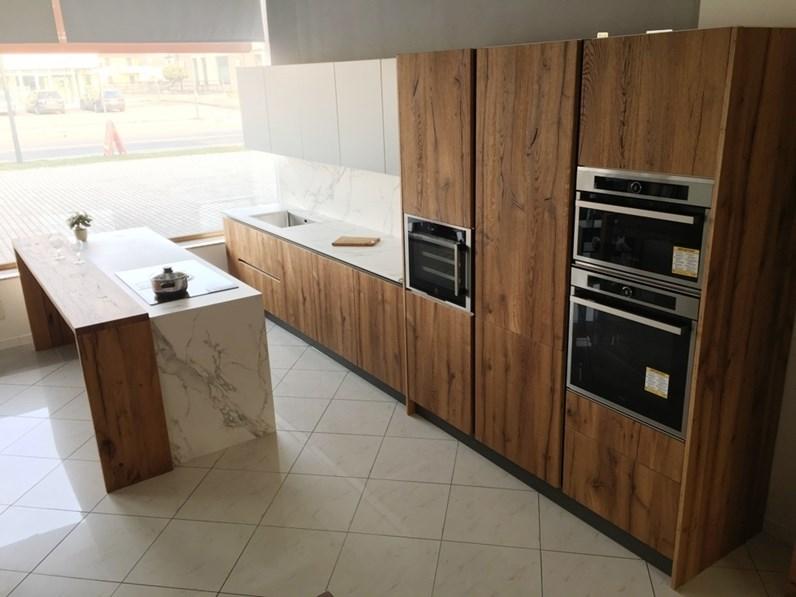 Cucina ad isola artigianale rovere vecchio e laccato carta da zucchero piano dekton - Piano cucina in dekton ...