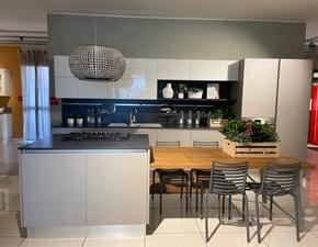 Cucina ad isola in laminato materico grigio Liberamente a prezzo ribassato