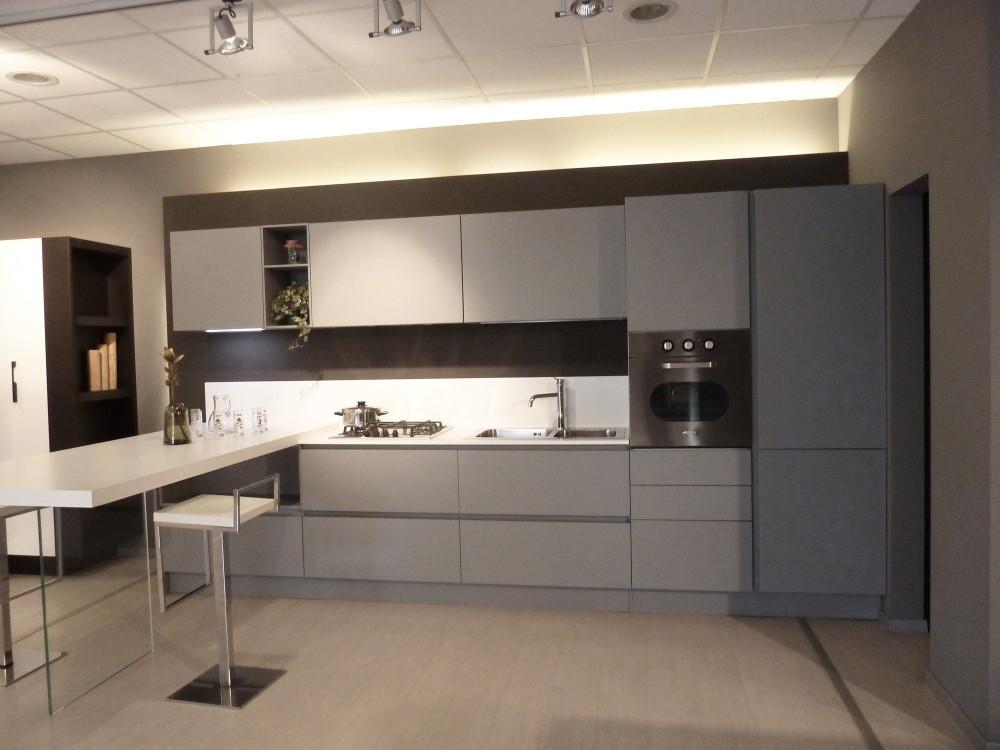 Cucina arrital ak 03 con penisola laccata grigio chiaro - Zoccolo cucina 12 cm ...