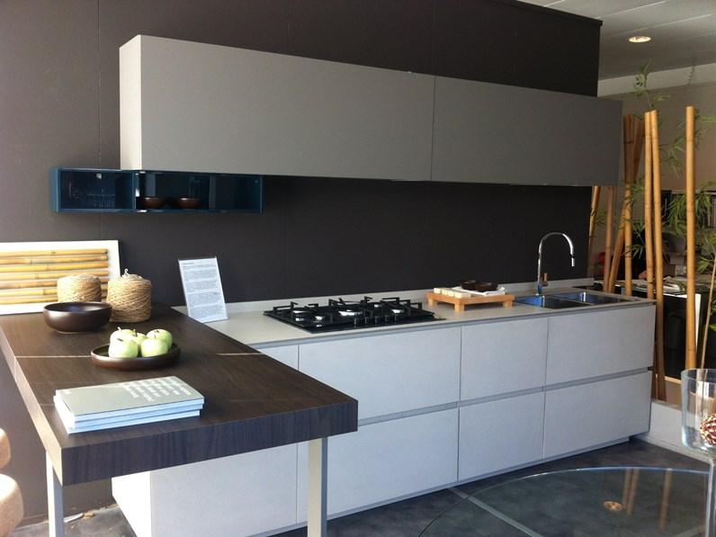 Cucine Moderne Cucine Ernesto Meda.Cucina Altri Colori Moderna Con Penisola Obliqua Ernestomeda In Offerta Outlet