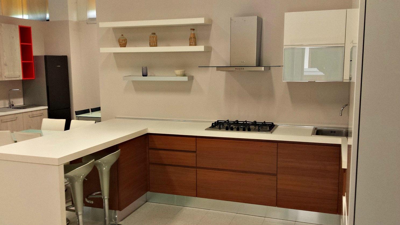 Cucina angolare con penisola modello sintesy cucine a for Bancone con angolo