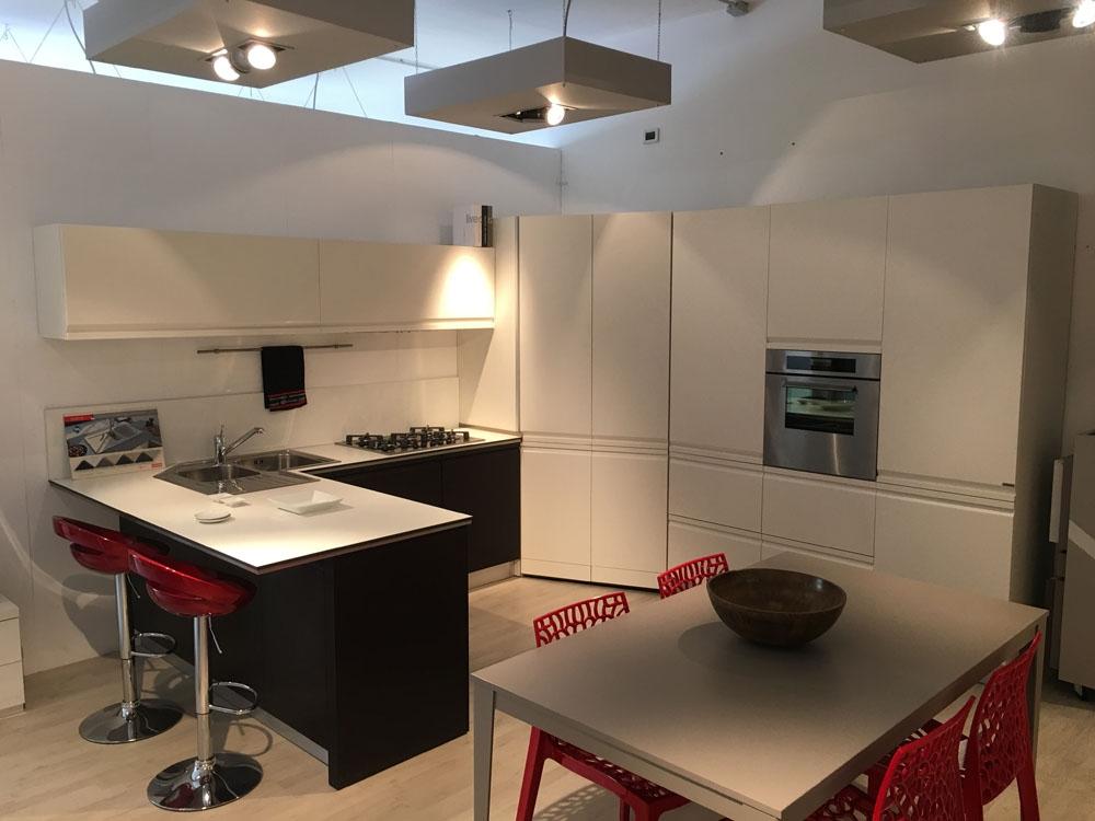 Cucina angolo Dibiesse scontata del 63% laccata bianca opaca e ...