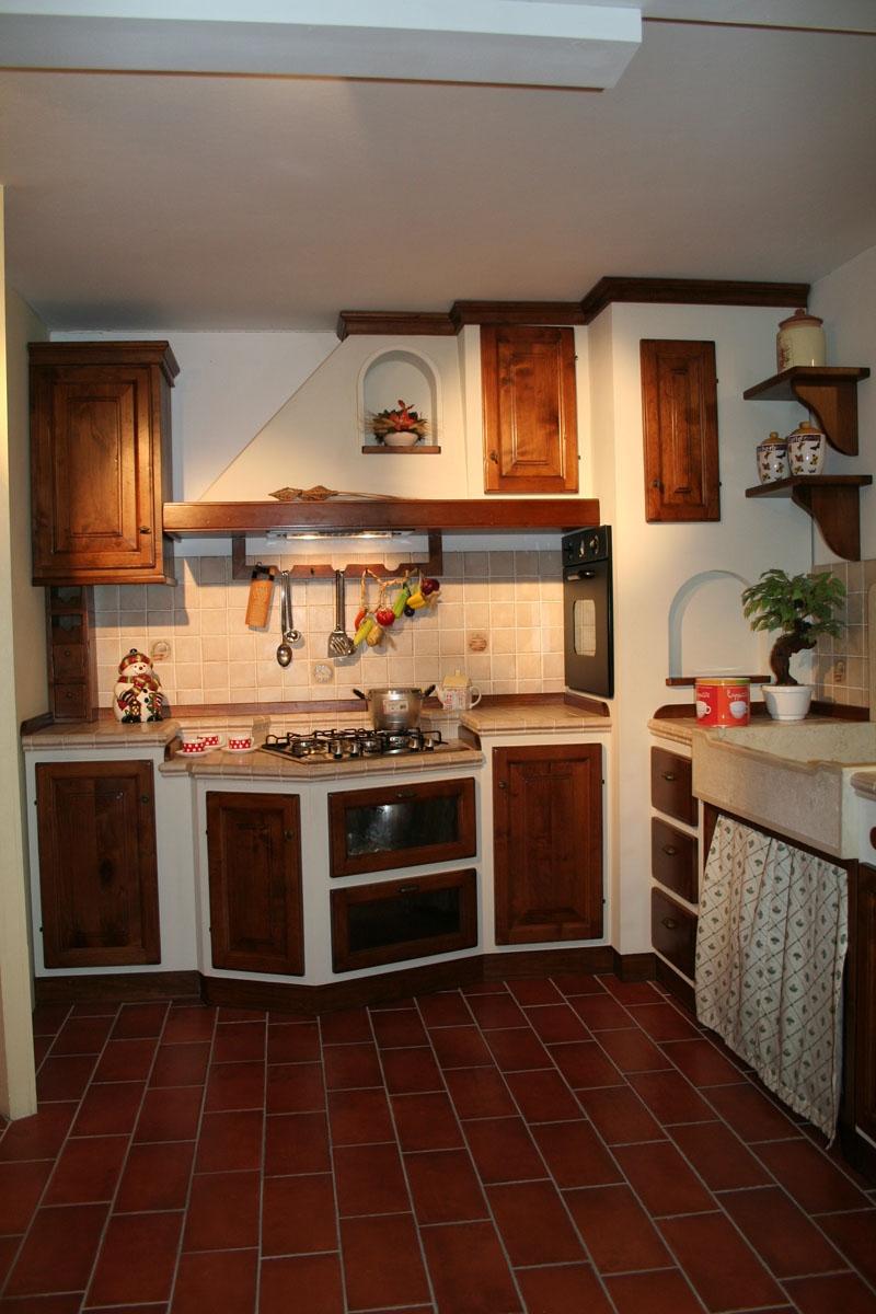 Cucina apm in legno di noce e scocca in listellare - Cucina bianca e noce ...