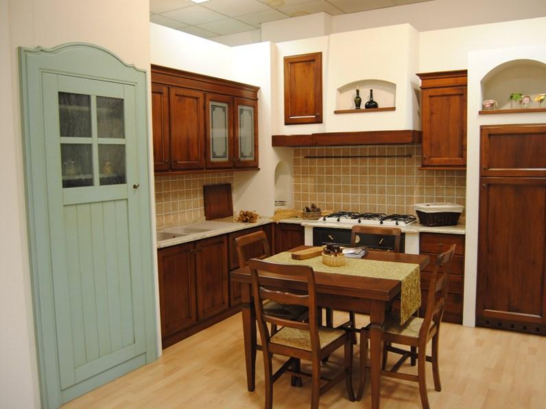 Cucina classica in noce nazionale massello con finta muratura ...