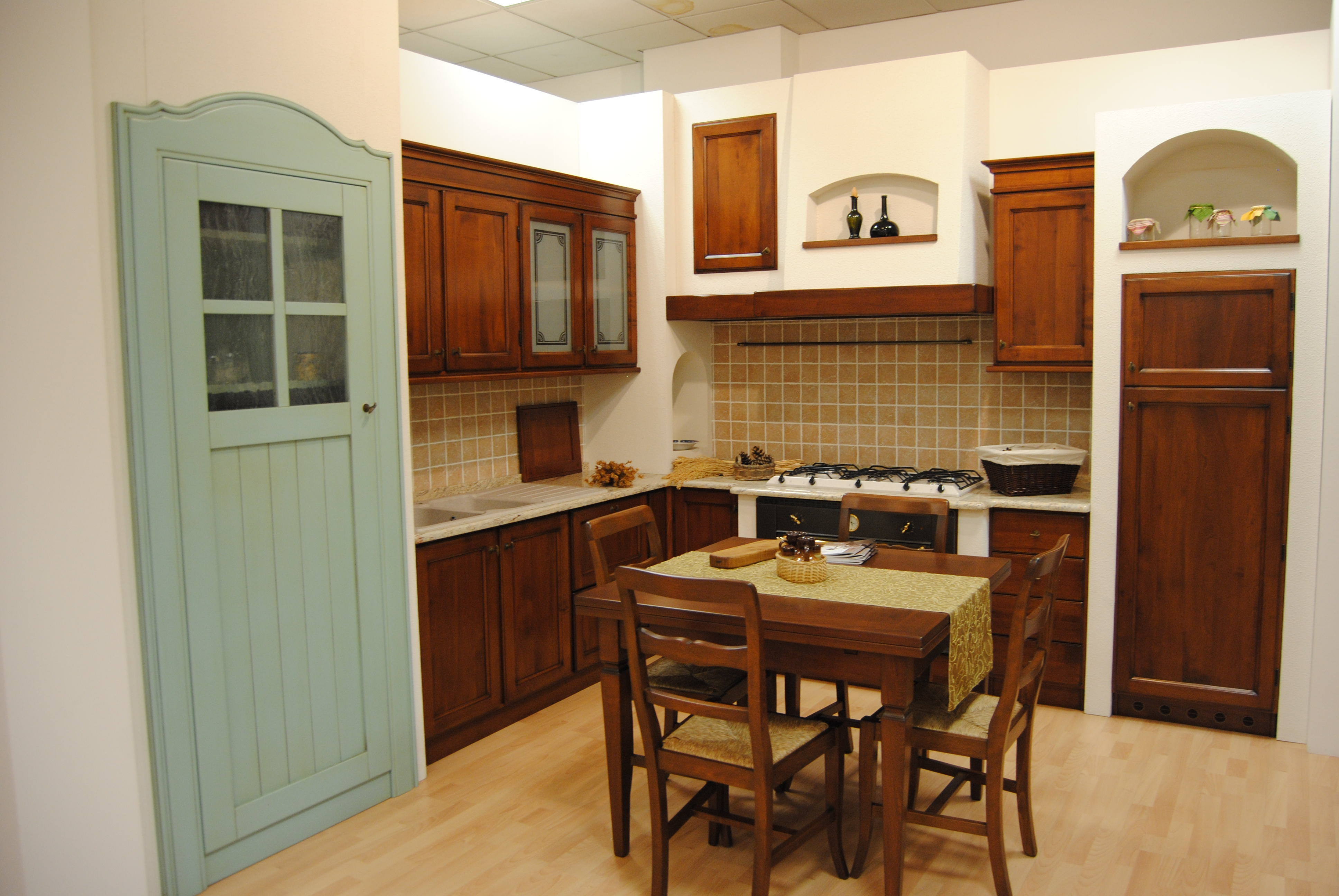 Cucina classica in noce nazionale massello con finta - Cucina bianca e noce ...