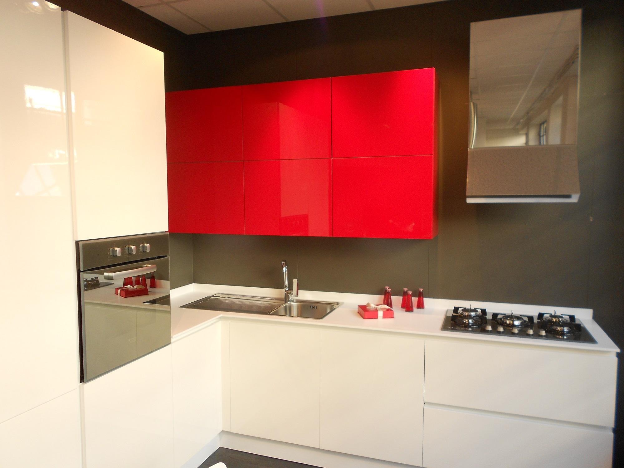 Cucina bianca e rossa idea creativa della casa e dell for Layout della casa del fienile