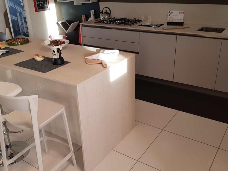 Cucina arredo3 in vetro e laccato lucido modello glass e time con piano in dekton a prezzo scontato - Piano cucina in dekton ...
