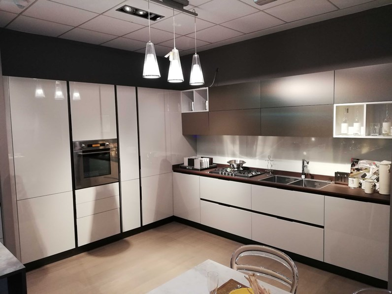 Cucina arredo3 moderna ad angolo tortora in laccato lucido for 2000 arredamenti cesano maderno