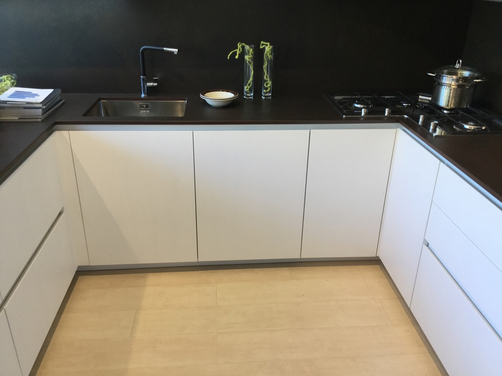 Amazing cucina arrital cucine bianca e cemento moderna - Cucine nere lucide ...