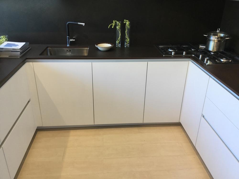 Amazing cucina arrital cucine bianca e cemento moderna for Cucine bianche e nere