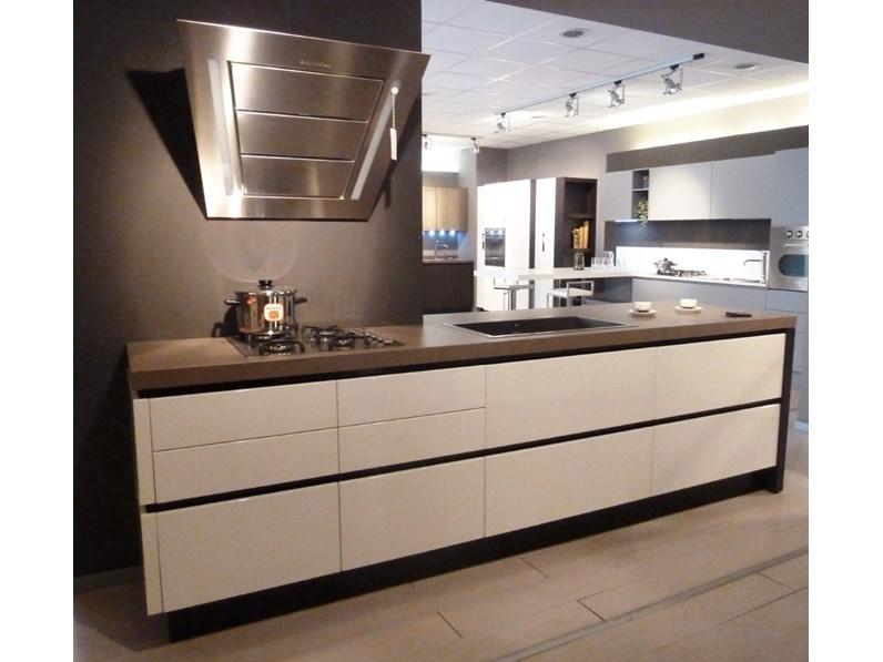 Cucina arrital con isola legno e laccata lucida scontata for Outlet cucine con isola