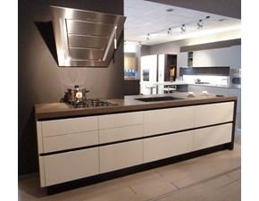 Composizione cucina completa Arrital, mod. AK_03 + ONDA, con isola, laccata lucida bianca e parete colonne legno effetto onda laccate opaco bianco. Vendita per rinnovo esposizione