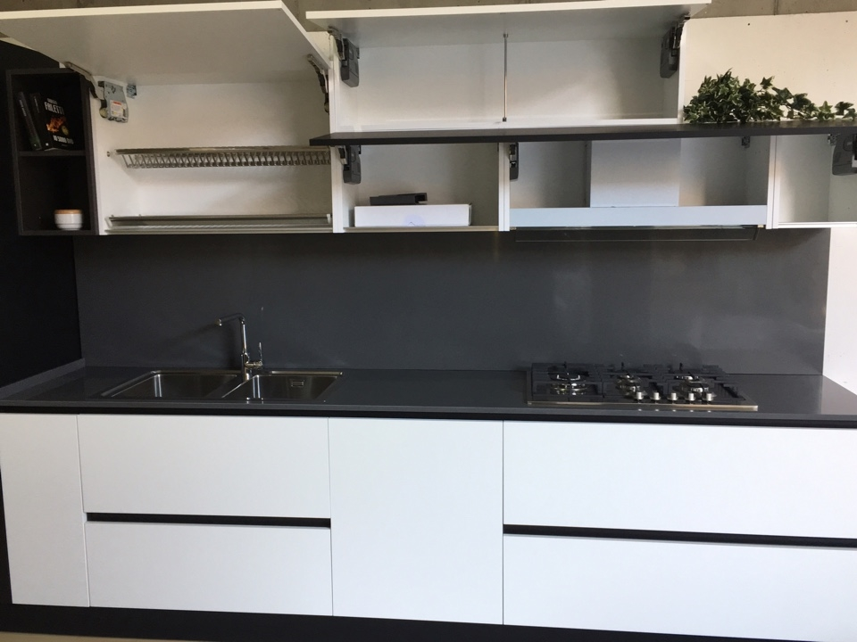 Cucina artigianale in fenix bianco nero top quarzo ed - Elettrodomestici in cucina ...