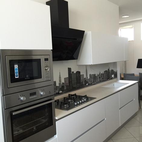 Cucina artigianale laccato bianco lineare con gola piano in dekton completa di elettrodomestici - Cucina laccato bianco ...