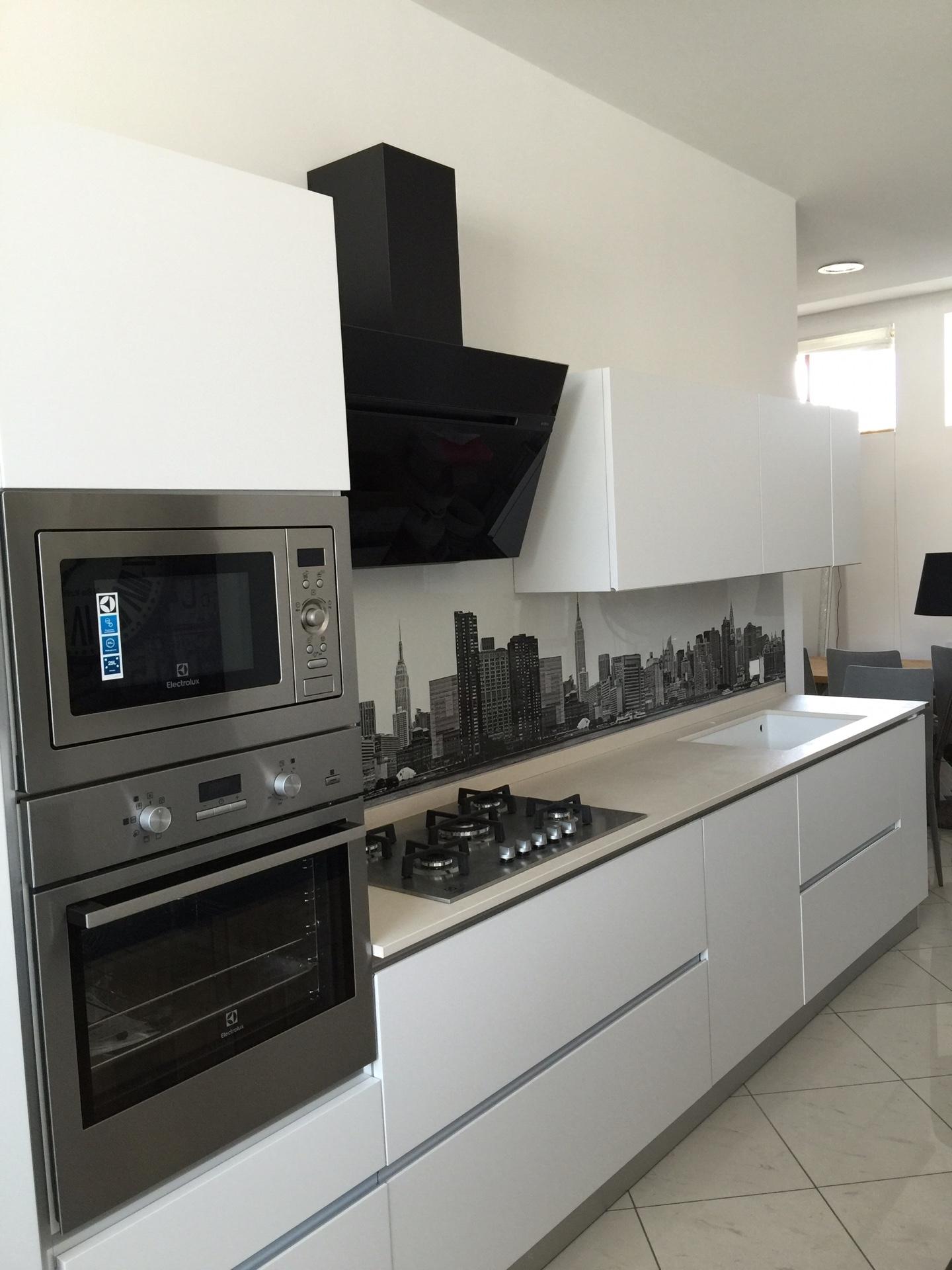 Cucina artigianale laccato bianco lineare con gola piano in dekton completa di elettrodomestici - Piano cucina in dekton ...