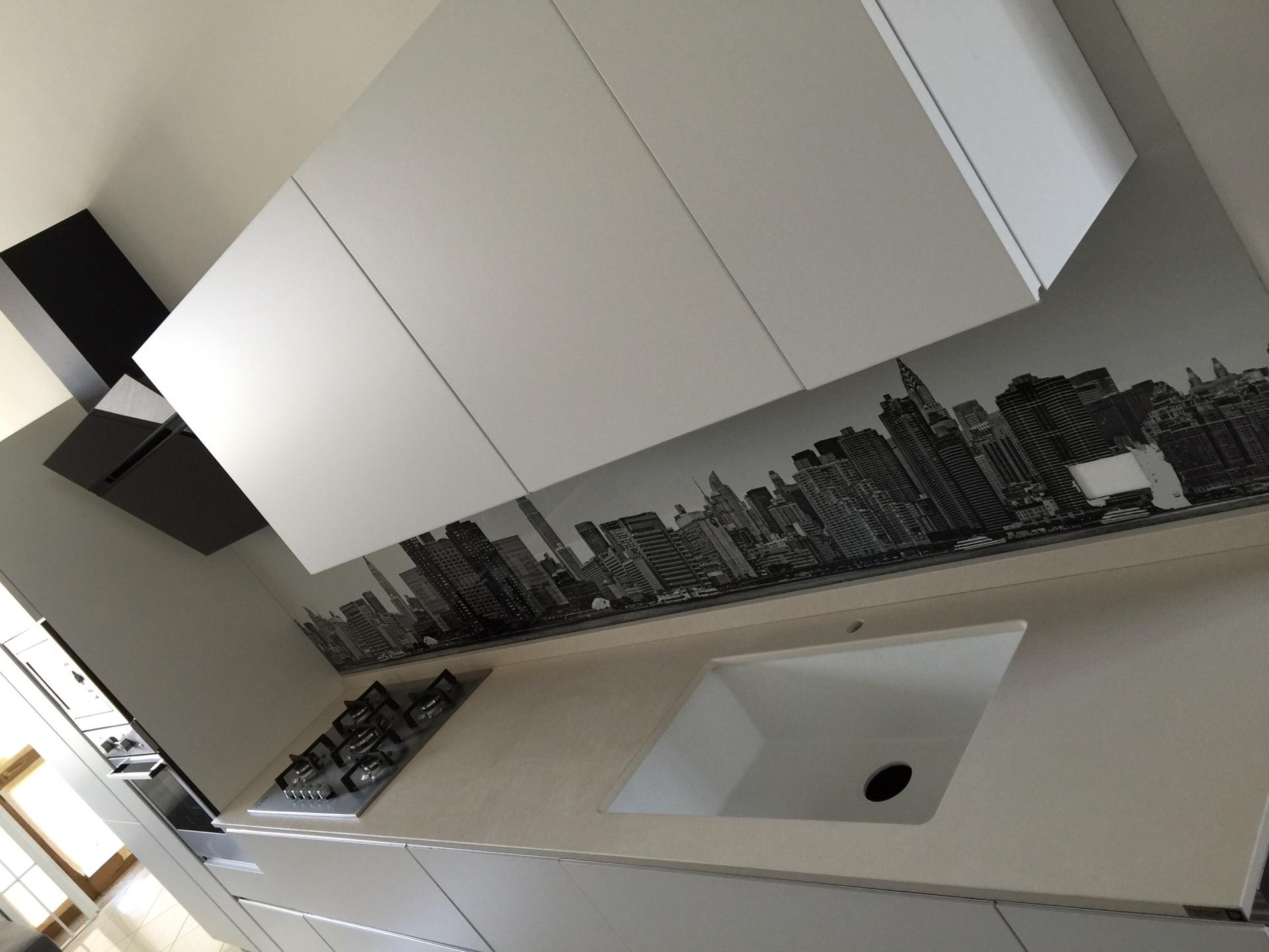 Cucina artigianale laccato bianco lineare con gola piano - Dekton opinioni ...