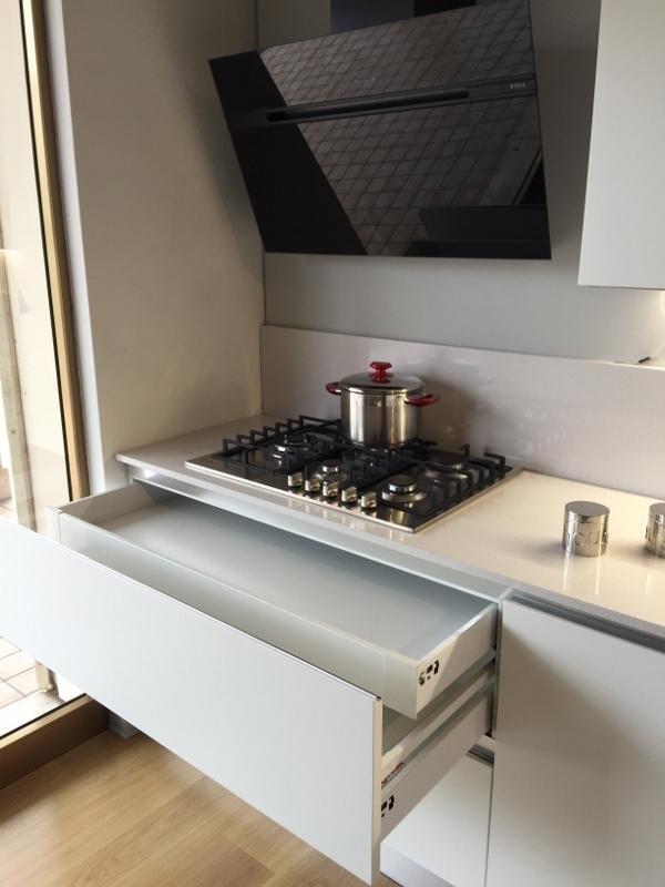 Cucina artigianale moderna con penisola laccata bianco - Spessore top cucina ...