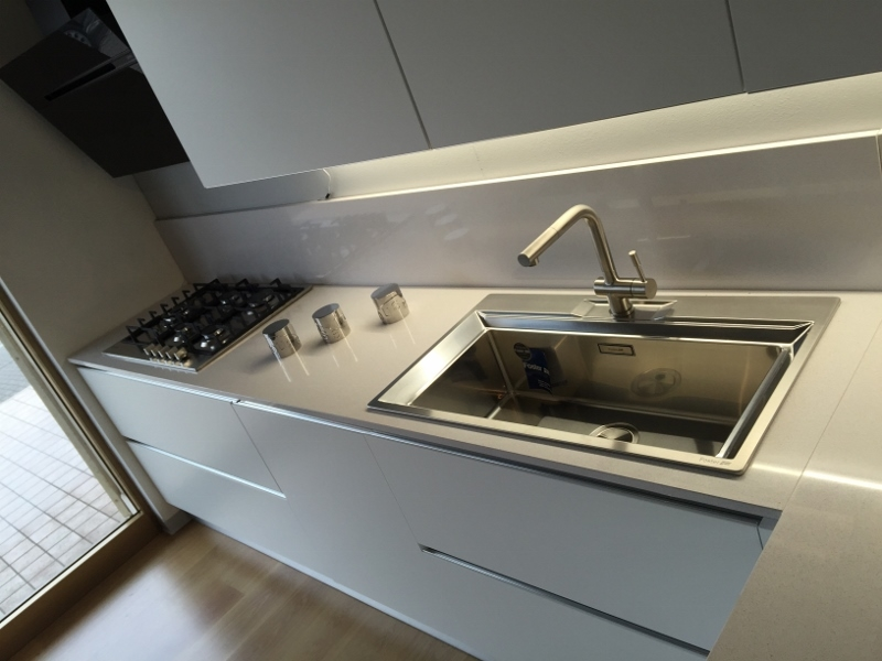 Cucina artigianale moderna con penisola laccata bianco opaco con bancone rovere vecchio top ...
