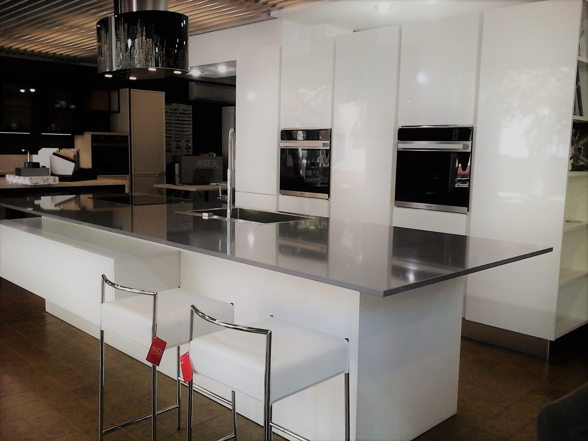 Cucina atra gola polimerico lucido bianco cucine a for Cucina bianca