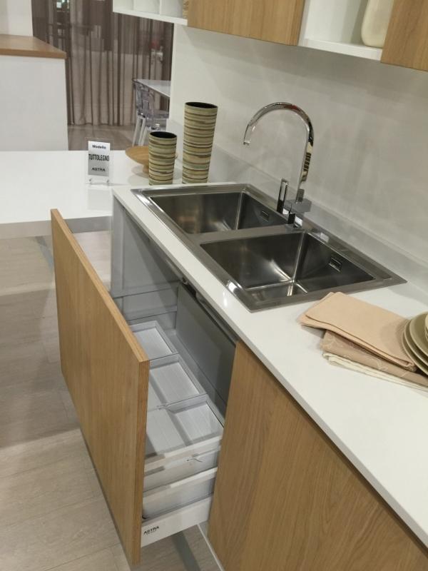 Cucina astra cucine tutto legno con penisola rovere - Top cucina in quarzo ...