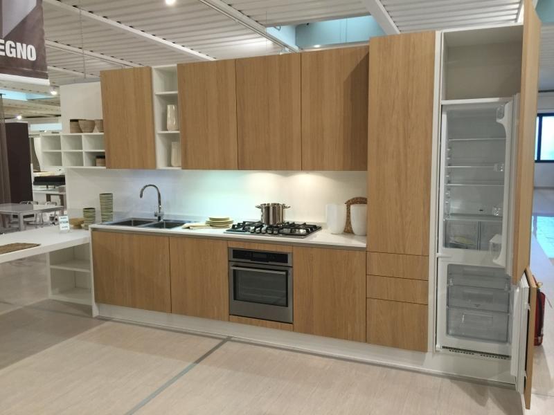Cucina astra cucine tutto legno con penisola rovere naturale top quarzo completa cucine a - Dipingere ante cucina in legno ...