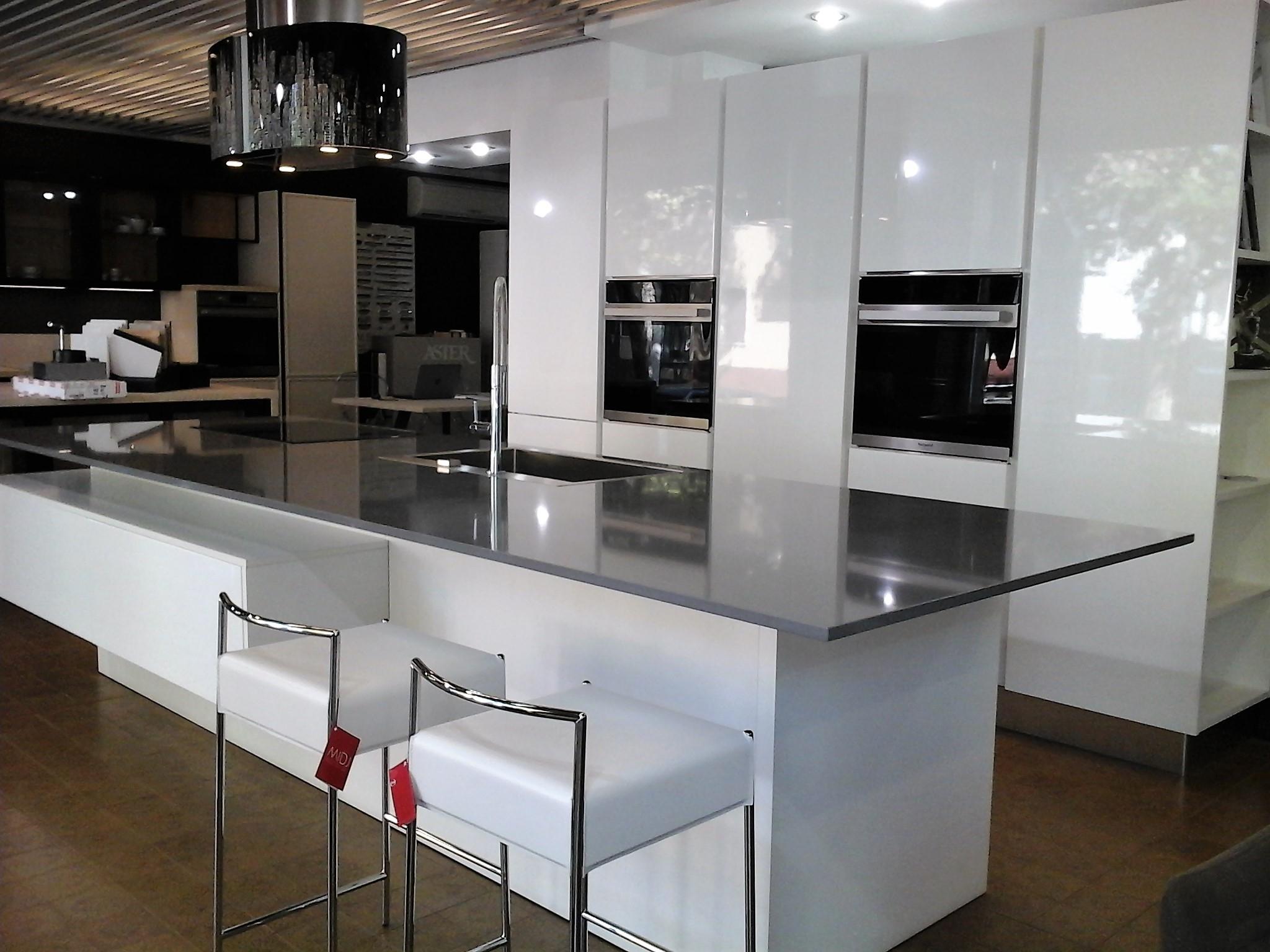 Cucina atra polimerico lucido bianco polimerico lucido for Cucina bianca