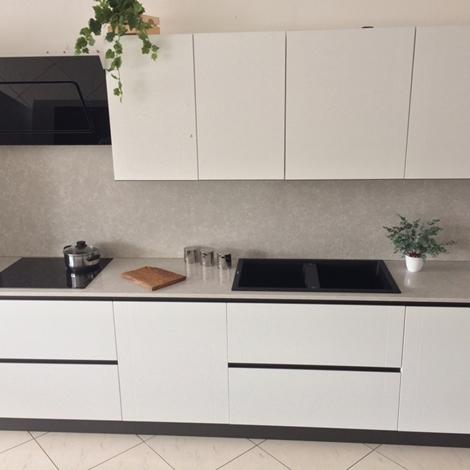 Cucina bianca artigianale in legno laccato poro aperto top quarzo e elettrodomestici cucine a - Disposizione elettrodomestici cucina ...