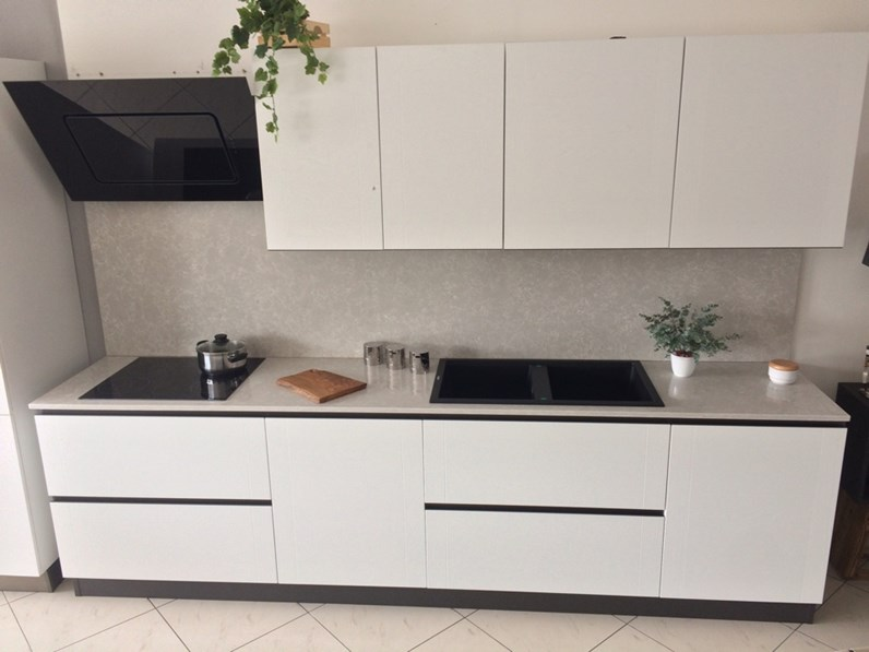 Cucina bianca artigianale in legno laccato poro aperto top quarzo e ...