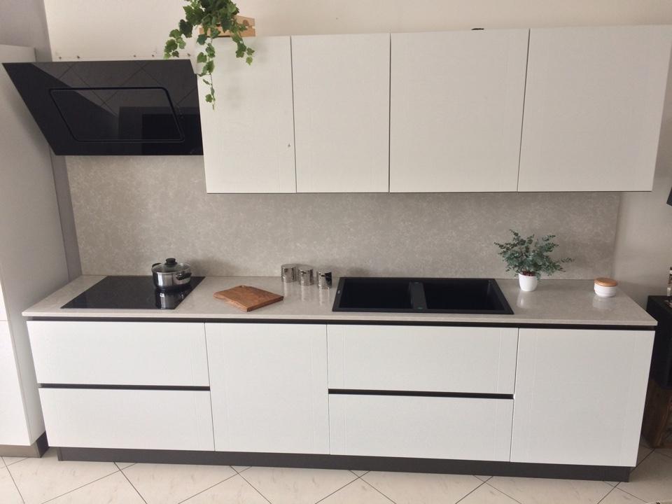 Cucina bianca artigianale in legno laccato poro aperto top quarzo e elettrodomestici cucine a - Cucina tutta bianca ...
