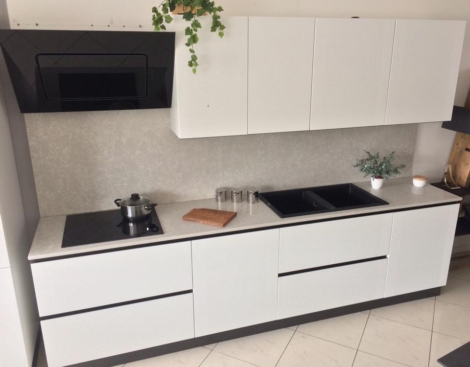 Cucina bianca artigianale in legno laccato poro aperto top - Top cucina in quarzo ...