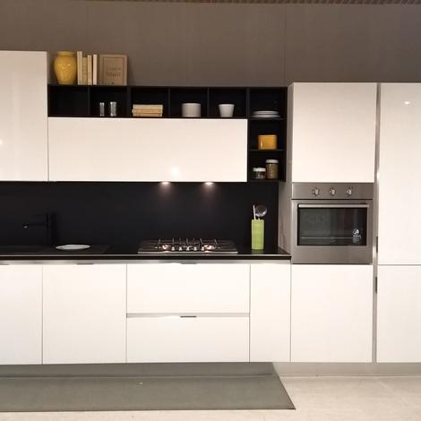 Cucina bianca lucida con schienale e pensili a giorno in promozione - Cucine a prezzi scontati