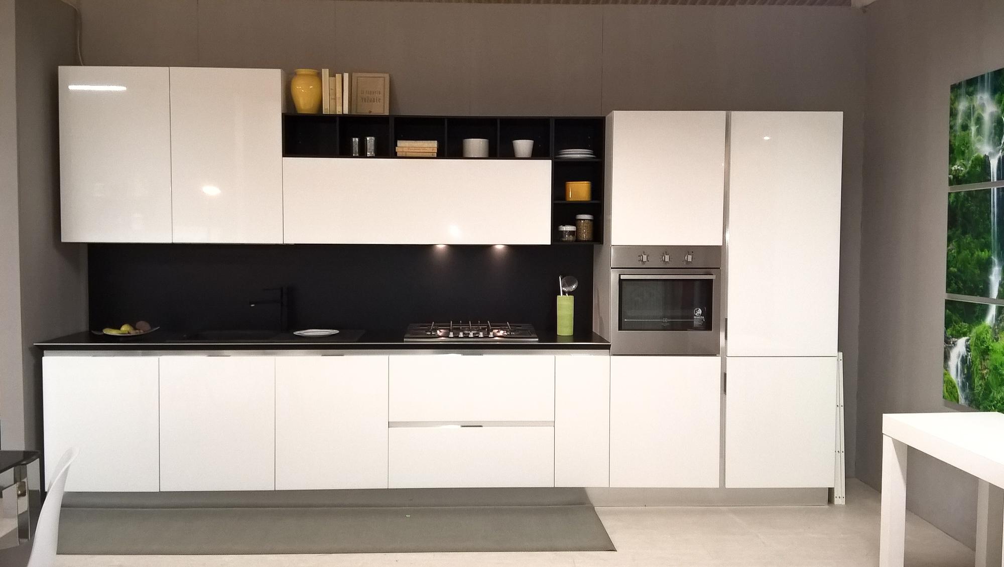 Cucina bianca lucida con schienale e pensili a giorno in promozione cucine a prezzi scontati - Cucina bordeaux e bianca ...