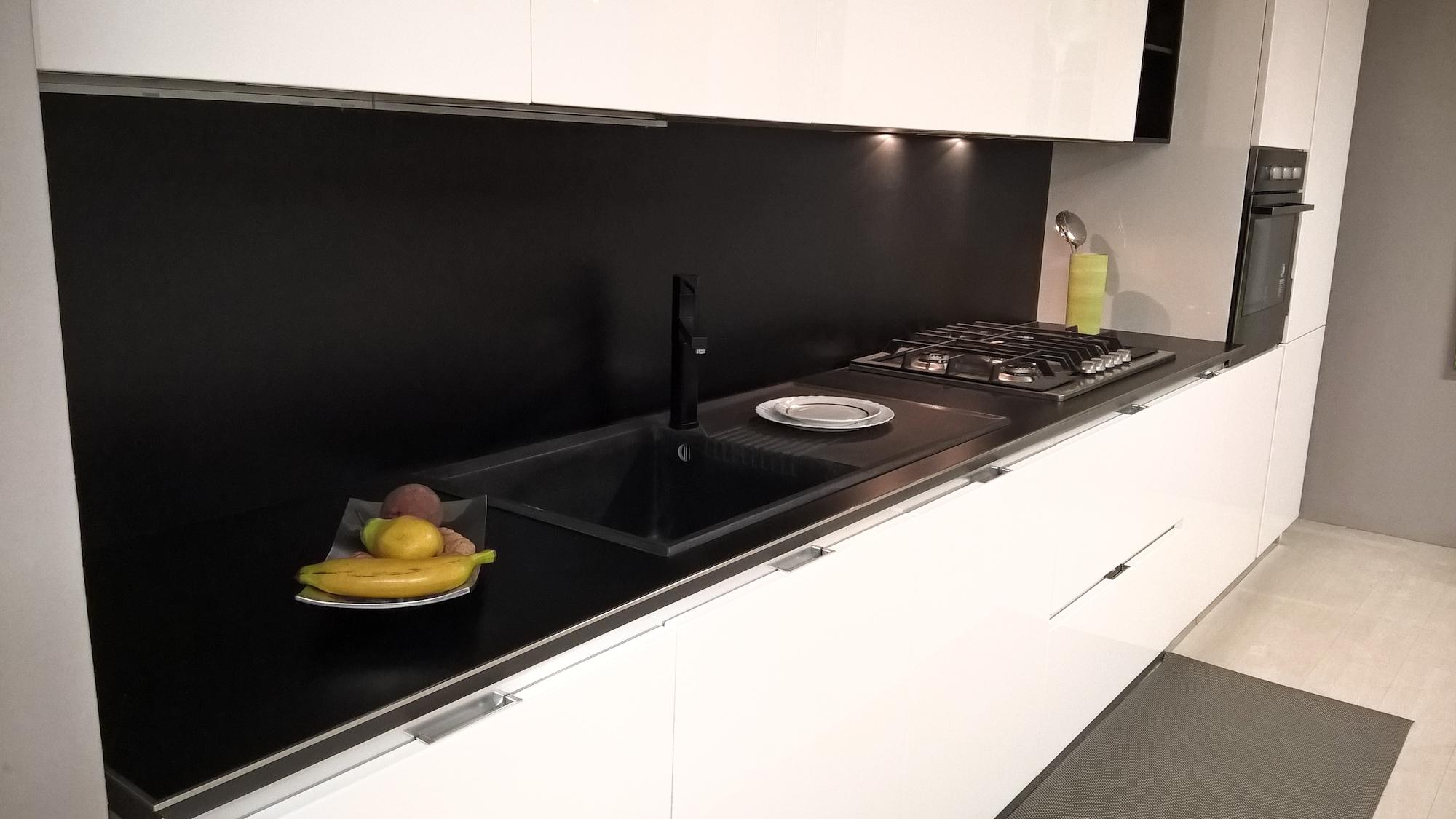 Cucina bianca lucida con schienale e pensili a giorno in promozione cucine a prezzi scontati - Cucina bianca lucida ...