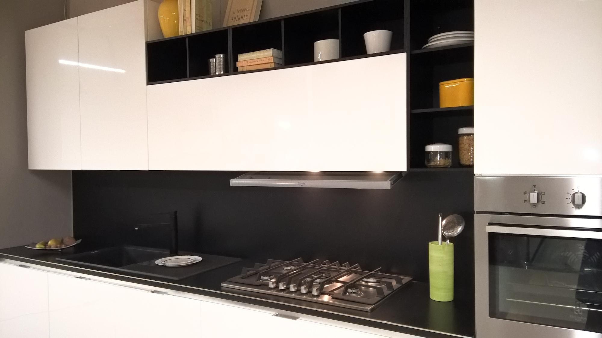Cucina bianca con forno nero plano menu cucina bianca lucida con