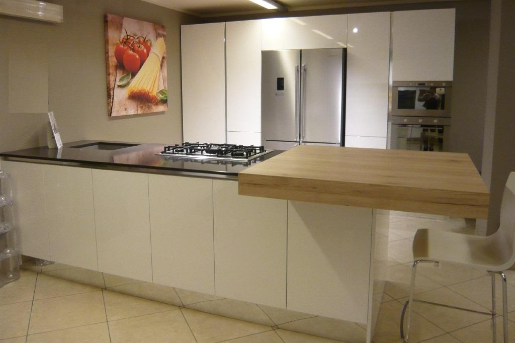 Cucina bianca lucida scontata del 50 cucine a prezzi for Cucina moderna bianca lucida