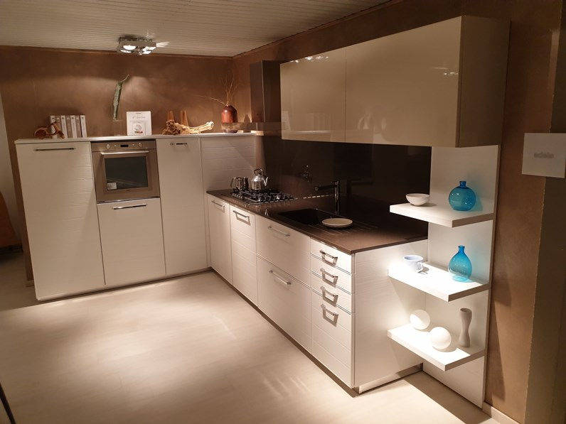 Cucina bianca moderna ad angolo Adele Lube cucine in Offerta Outlet