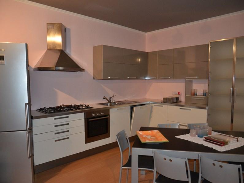 Cucina bianca moderna ad angolo angolare di euromobil scontata for Cucine di marca