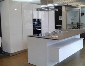 Cucina bianca moderna ad isola ATRA CUCINE modello POLIMERICO LUCIDO di Atra in polimerico lucido